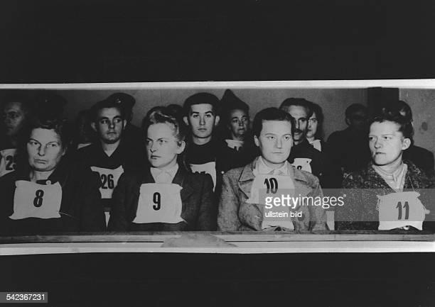 Aufseherinnen und Wachmannschaften des Konzentrationslagers Bergen-Belsen während des Prozesses in Lüneburg auf der Anklagebank; Nr. 9 die ehemalige...