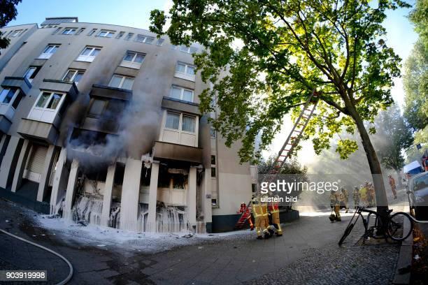 Aufstellen einer Steckleiter Berliner Feuerwehr bei Löscharbeiten bei einem Wohnungsbrand in der Soldiner Straße in BerlinWedding vier Personen der...