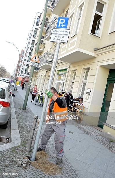 Aufstellen von Verkehrsschildern zur Ausweisung der neuen Parkraumbewirtschaftung in der Wichertstrasse in Berlin-Prenzlauer Berg
