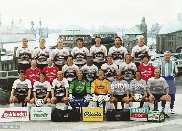 Aufstellung der Hamburger Fußballmannschaft FC St Pauli 1997 Obere Reihe stehend Carlo Werner Matthias Scherz Kai Dittmer Juri Sawitschew Dirk...
