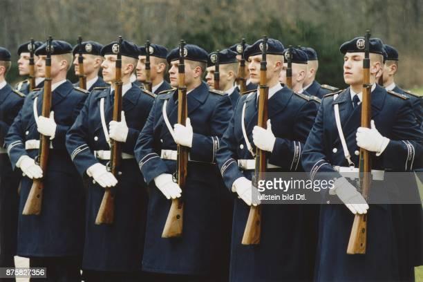 Aufstellung des Wachbataillon der Bundeswehr anlässlich des Empfangs eines ausländischen Politikers Die Bundeswehrsoldaten der Teilstreitkraft...