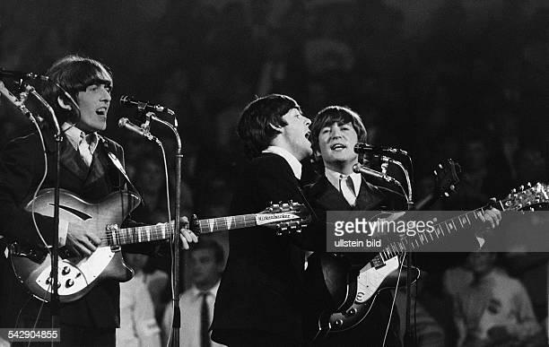 Auftritt der englischen Musikgruppe The Beatles im Verlauf ihrer letzten Tournee Gitarrist George Harrison Bassist Paul McCartney und Gitarrist John...