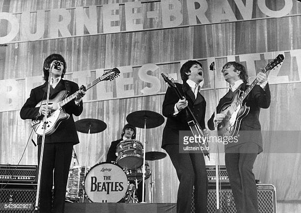 Auftritt der englischen Musikgruppe The Beatles in der ErnstMerckHalle im Zuge ihrer BravoBeatlesBlitzTournee Gitarrist George Harrison Schlagzeuger...