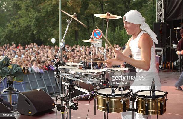Auftritt der Percussionband Stamping Feet während des BenefizKonzertes für die Flutopfer vor dem Brandenburger Tor