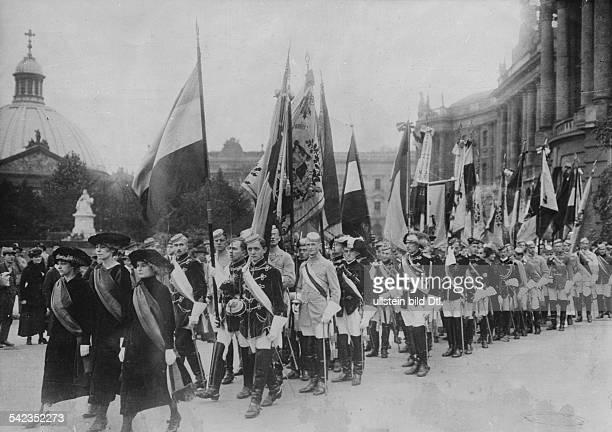 Aufzug der Studenten in voller Montur anlässlich der Rektoratsübergabe Vor der Aula der Berliner Universität 1921