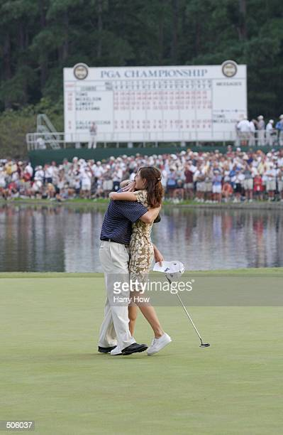 David Toms hugs his wife on the 18th green after winning the PGA Championship at the Atlanta Athletic Club in Duluth Georgia DIGITAL IMAGE Mandatory...