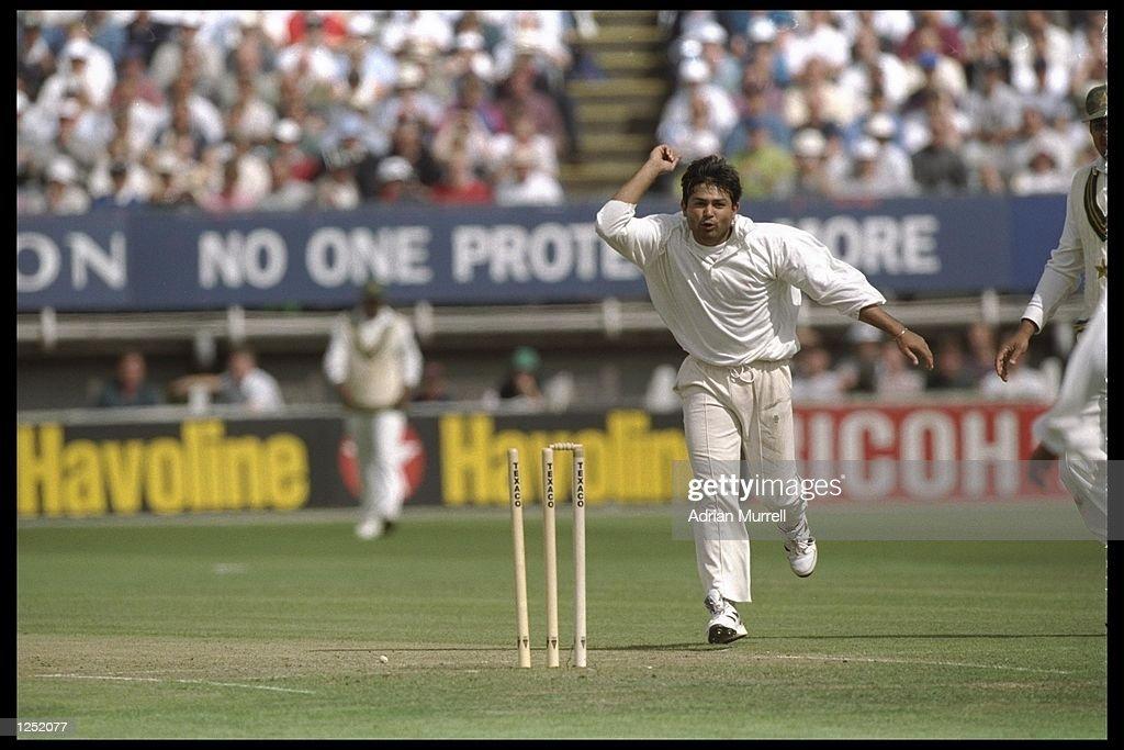 Mushtaq Ahmed of Pakistan celebrates a wicket : News Photo