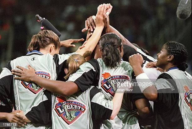 Members of the New York Liberty huddle up during a playoff game against the Phoenix Mercury at the America West Arena in Phoenix Arizona The Liberty...