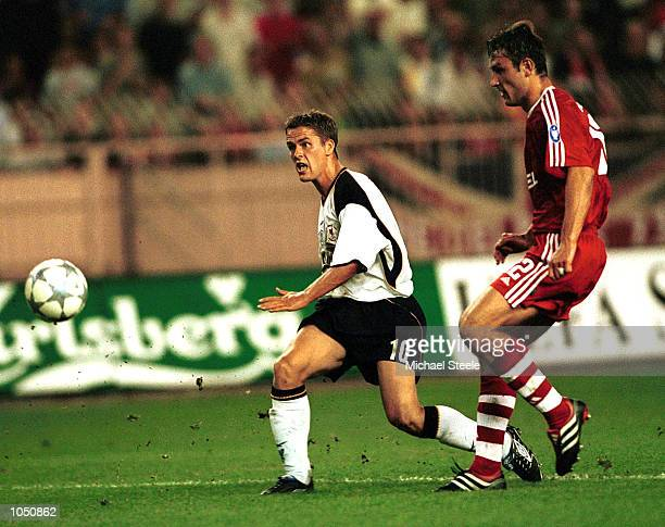 Michael Owen of Liverpool shoots at the Bayern goal during the UEFA Super Cup match between Liverpool and Bayern Munich at Stade Louis II Monaco...