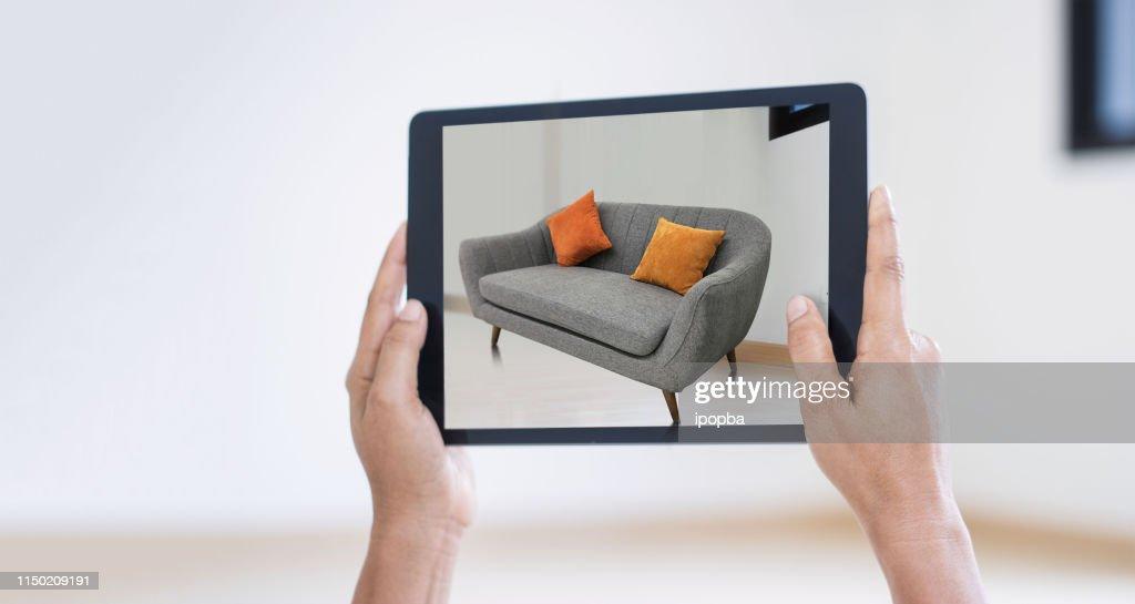 AR Augmented Reality. Hand mit digitalem Tablet, AR-Anwendung, simulieren Sofa-Möbel und und Innenarchitektur realen Raum-Hintergrund, moderne Technologie. : Stock-Foto