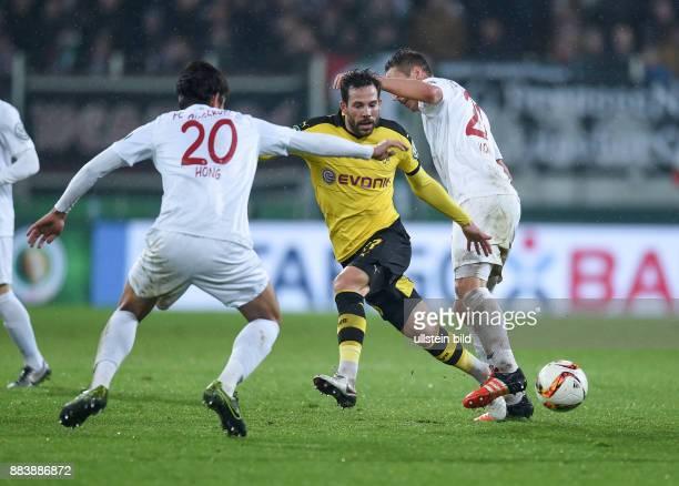FUSSBALL DFB FC Augsburg Borussia Dortmund Adrian Ramos und Dominik Kohr gegen Gonzalo Castro