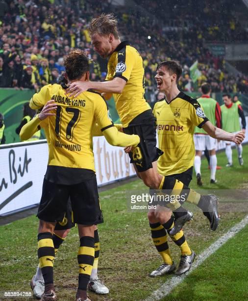 Augsburg - Borussia Dortmund Dortmunder Torjubel nach dem 0:1: Pierre-Emerick Aubameyang, Marcel Schmelzer und Julian Weigl
