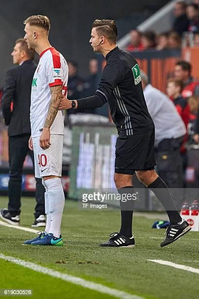 Augsburg Deutschland 1 Bundesliga 7 Spieltag FC Augsburg FC Schalke 04 Tim Rieder und 4 Offizieller Schiedsrichter Daniel Schlager vl