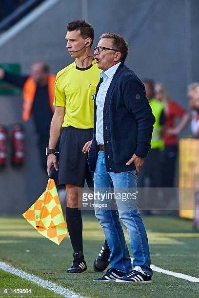 Augsburg Deutschland 1 Bundesliga 5 Spieltag FC Augsburg SV Darmstadt 98 Schiedsrichterassistent Christian Bandurski und Chefcoach Norbert Meier vl
