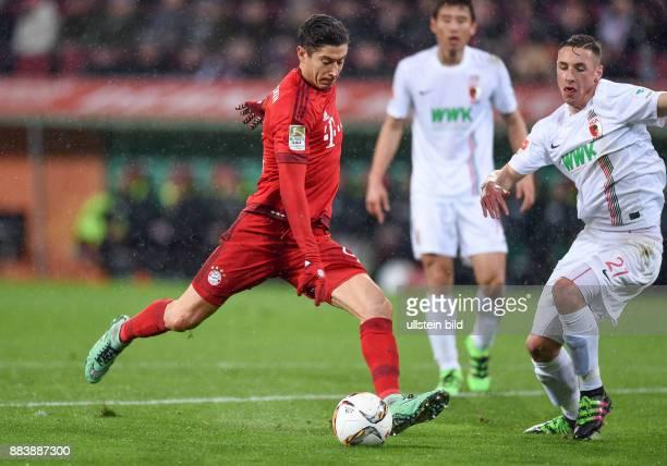 FUSSBALL 1 BUNDESLIGA SAISON FC Augsburg FC Bayern Muenchen Robert Lewandowski auf dem Weg zum 01 Rechts Dominik Kohr