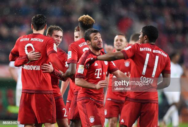 Augsburg - FC Bayern Muenchen Torjubel nach dem 0:2: Robert Lewandowski, Philipp Lahm, Juan Bernat und Douglas Costa