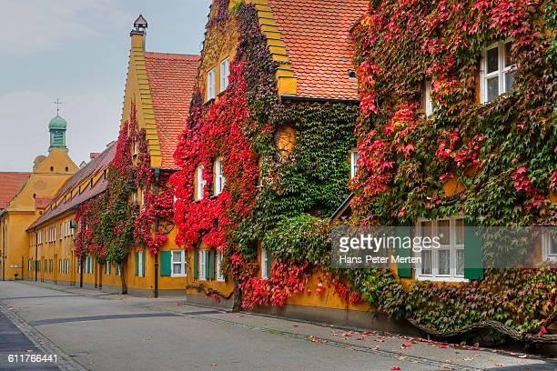augsburg, social housing complex fuggerei - augsburg zwaben stockfoto's en -beelden