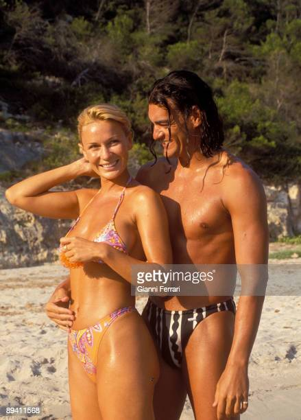 August 11 1998 Menorca Spain The french vedette Marlene Mourreau with your boyfriend Michael Guevara of holidays in the island of Minorca