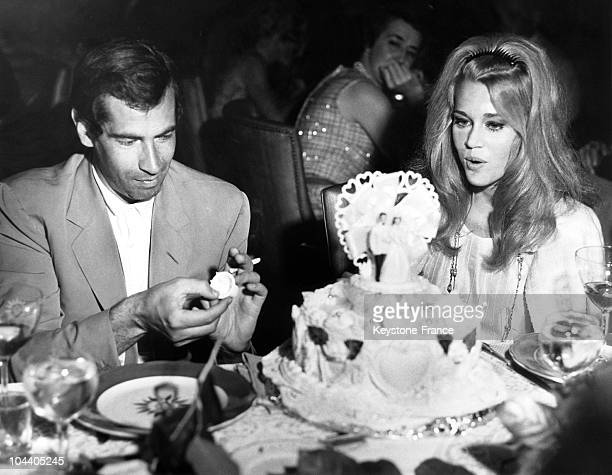 August 14 1965 Roger VADIM and Jane FONDA celebrating their marriage in a restaurant in Las Vegas The American actress is marveling at the cake