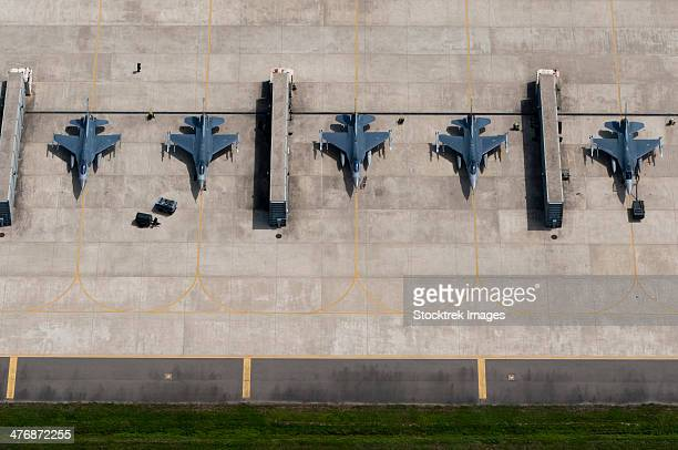 august 15, 2013 - maintainers from the 8th fighter wing prepare f-16 fighting falcons for training flights at kunsan air base, south korea. - base militare foto e immagini stock