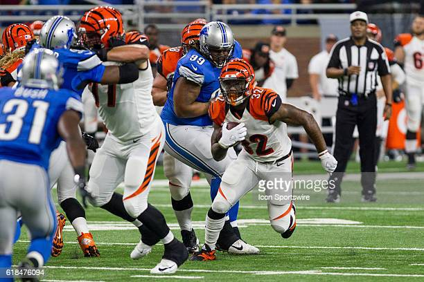 Cincinnati Bengals running back Jeremy Hill carries the ball during game action between the Cincinnati Bengals and the Detroit Lions during a...