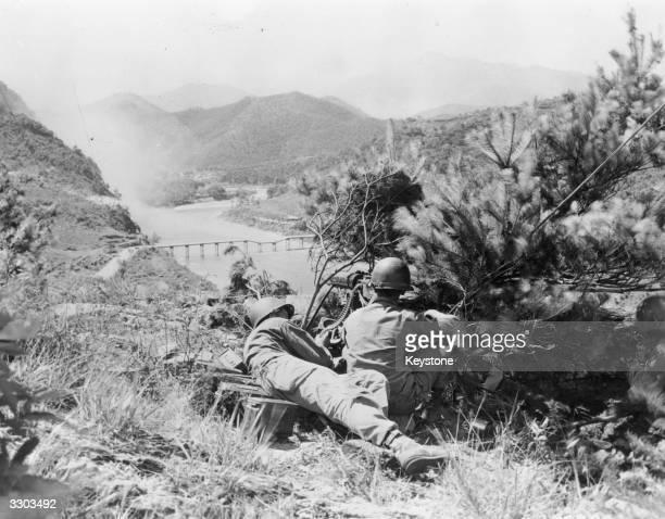 An American gun crew cover a bridge in the Korean War