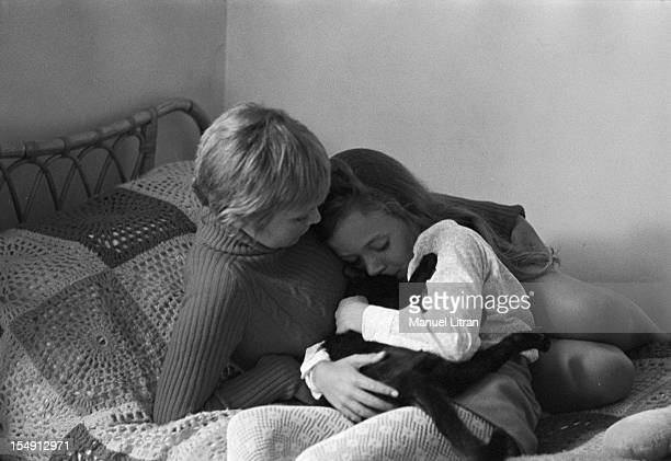 August 1969 Annie FARGUE producer of the musical 'Hair' at home Rue Washington in Paris On a bed with her daughter Leslie holding a cat