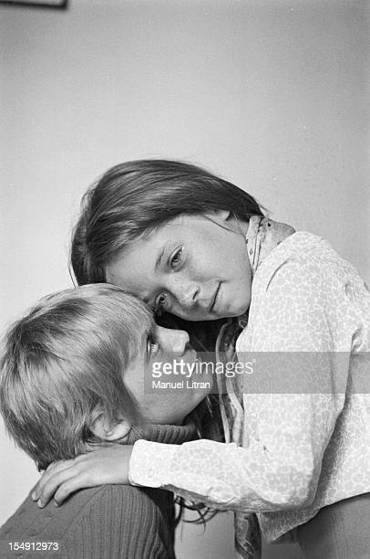 August 1969 Annie FARGUE producer of the musical 'Hair' at home Rue Washington in Paris She poses lovingly with her daughter Leslie
