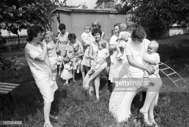 August 1984, Saxony, Rackwitz: In the garden of the crèche in Rackwitz, crèche educators deal with the children in the middle of the 1980s. They sit...