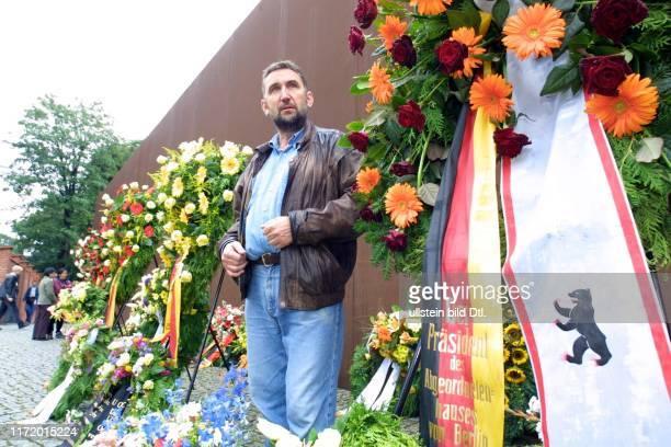 13 August 2001 40 Jahrestag Mauerbau Kranzniederlegung am Denkmal Bernauer Strasse Alexander Bauerfeld wird von der Polizei verhaftet als er Kraenze...