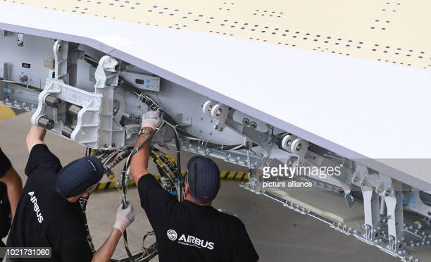 Airbus employees are working on the wing of an A350 and Bremen Mayor Sieling visited the Airbus plant in Bremen on Thursday Photo Carmen Jaspersen/dpa