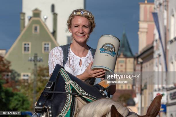 August 2018, Germany, Straubing: Beer Queen Johanna Seiler takes part in the traditional procession to the Gaeuboden folk festival around the old...