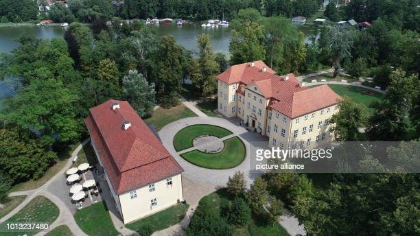 The castle ensemble in Mirow with the Kavliershaus and the castle The strictly limited commemorative coins in gold and silver were presented to the...