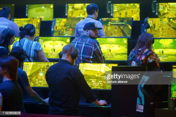 August 2019, North Rhine-Westphalia, Cologne: Visitors play the game World of Warcraft at Gamescom. The computer games fair Gamescom takes place from...