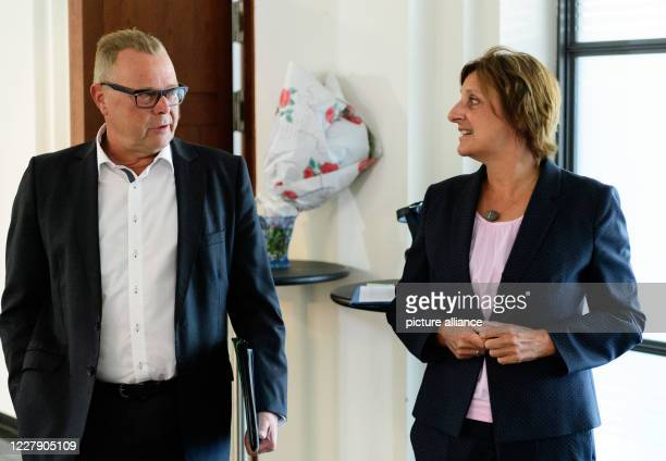 August 2020, Brandenburg, Potsdam: Britta Ernst , Brandenburg's Minister of Education, Youth and Sports, and Michael Stübgen , Minister of the...