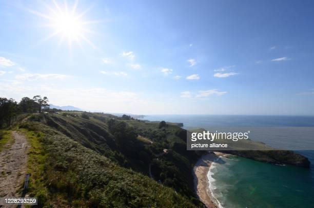 "August 2020, Spain, Llanes: View from the viewpoint ""La Boriza"" to the beach Playa de Ballota. Photo: Sebastian Kahnert/dpa-Zentralbild"