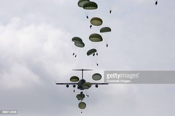 august 21, 2006 - army soldiers jump out of a c-17 globemaster iii during a joint forcible entry exercise with the air force over the east coast.  - paratrooper stock pictures, royalty-free photos & images