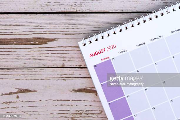 august calendar on wood background - agosto fotografías e imágenes de stock