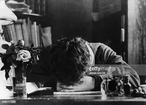 August Strindberg 22011849 Schriftsteller Schweden an seinem Schreibtisch in Paris undatiert