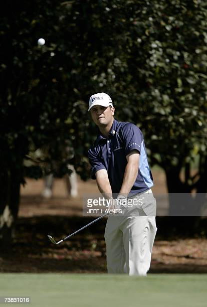 Zach Johnson of the US pitches to the green on the10th hole 06 April 2007 during the second round at the 71st Masters Golf Tournament in Augusta...