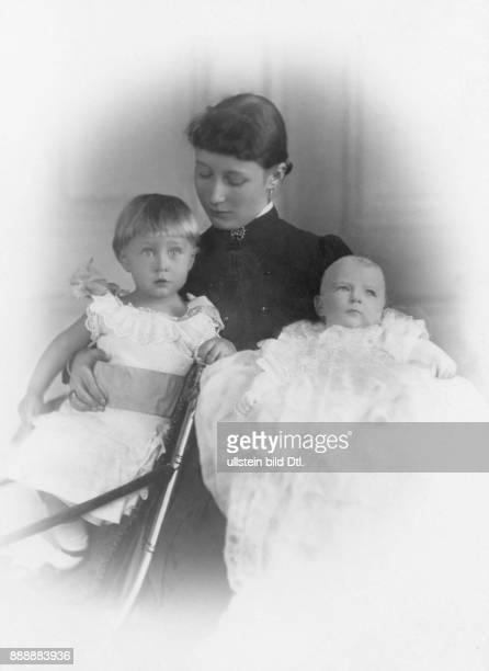 Augusta Viktoria Kaiserin Deutschland Portrait der Gemahlin Wilhelms II die letzte deutsche Kaiserin und Königin von Preußen mit ihren Söhnen Prinz...
