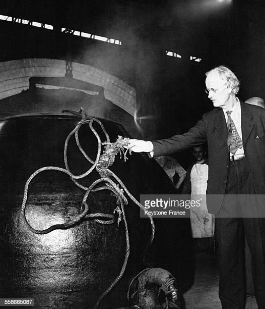 Auguste Piccard observe le bathyscaphe qu'il a conçu pour l'exploration sousmarine construit dans une fonderie italienne le 25 août 1952 à Terni...