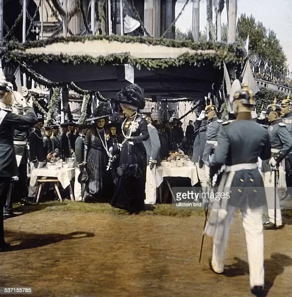 Auguste Viktoria Kaiserin von Deutschland Koenigin von Preussen Ehefrau von Kaiser Wilhelm II zu Pfingsten beim Schrippenfest in Potsdam am...