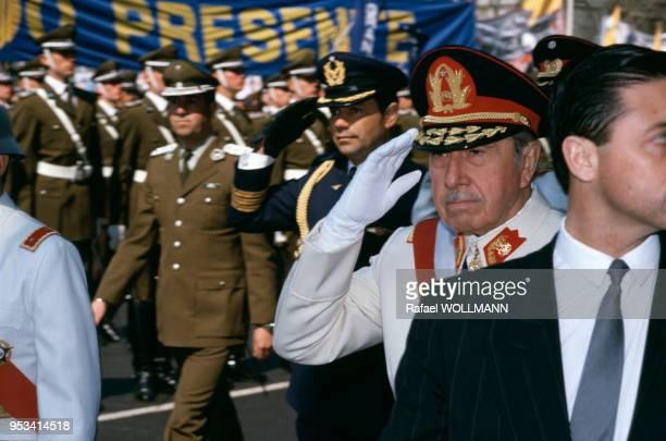 Augusto Pinochet et sa junte lors d'une manifestation en soutien à son parti le 10 septembre 1988 à Santiago au Chili.