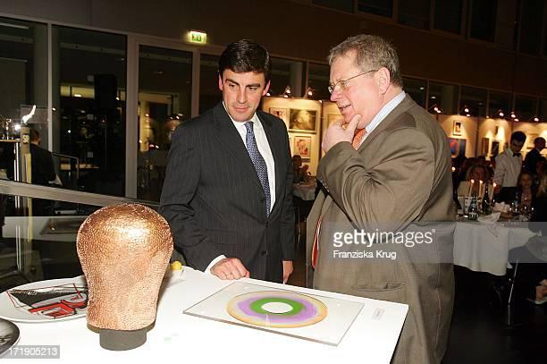 Auktionator Andreas Rumbler Mit Rainer Hunold Stehen Vor Hunolds Selbstangefertigter Skulptur Bei Der Finissage 'SosKunststück' Zugunsten Der Sos...