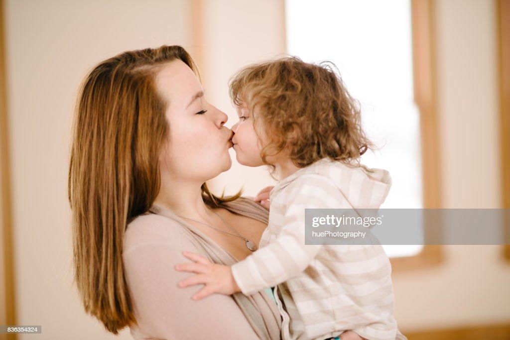Tante küssen Nichte : Stock-Foto