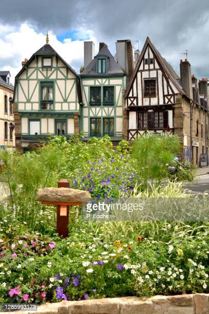 auray, old half-timbered house on the place de la république. - ヴァンヌ ストックフォトと画像