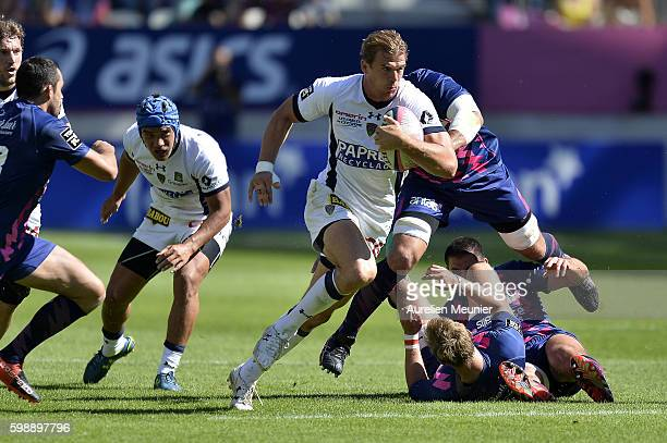 Aurelien Rougerie of ASM Clermont Auvergne runs with the ball during the TOP 14 match between Stade Francais Paris and ASM Clermont Auvergne at Stade...
