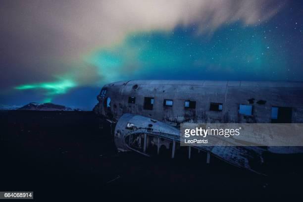 Aurora Borealis und altes Flugzeug stürzte in Island