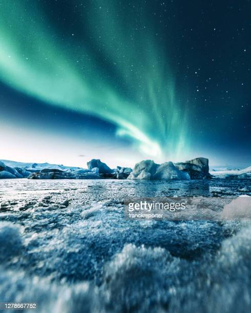 aurora borealis in jokulsarlon - island stock-fotos und bilder